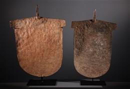 Paire de grandes monnaies primitives Angas Afo